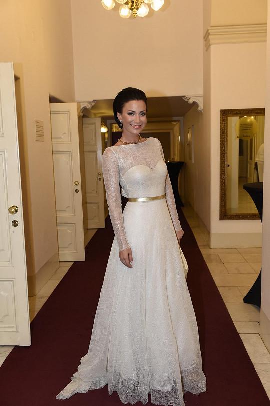 Než šaty stihla vrátit, tak je týden nato využila ještě na Ples v Opeře.