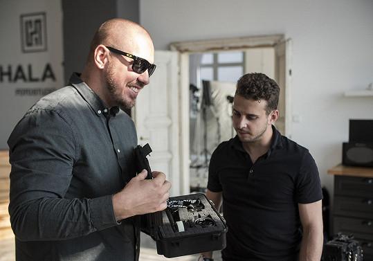 Klip režíroval Adam Pavelka, který spolupracoval s Darou Rolins či Rytmusem.
