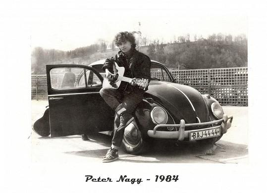 Peter pózuje u brouka.