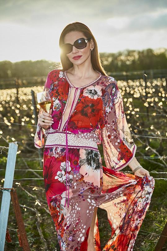 Modelka na vinicích zářila.