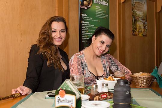 Na pivo vyrazila se svou sestrou Denisou (vlevo)