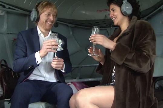 Brali se ve vrtulníku.