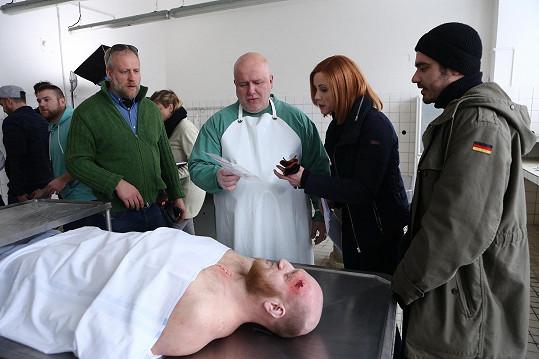 Vojta Kotek a Markéta Plánková natáčeli seriál Mordparta na pitevně.