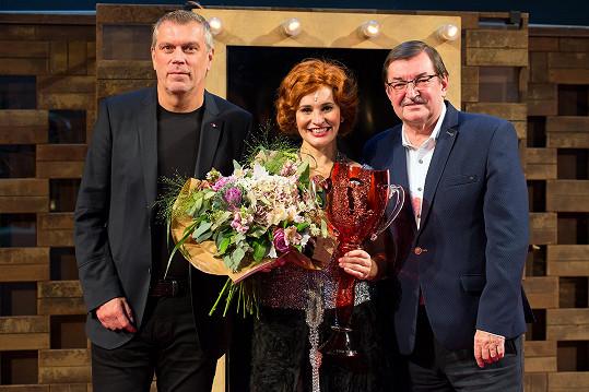 Převzala ji z rukou skladatele a předsedy muzikálové poroty Cen Thálie Zdeňka Bartáka a ředitele sklárny, která Thálie už víc jak dvacet let vyrábí, Jaroslava Turnhöfera.