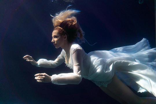Spoustu času trávila v chlorované vodě, ve které i zpívala.
