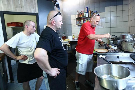 A tady v kuchyni jedné z restaurací, kterou se pokusil vylepšit.