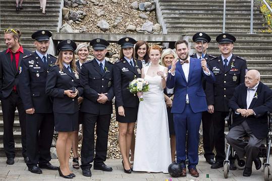 Novomanželé s kamarády z řad policistů a částí rodiny.