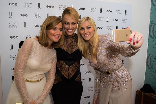 Slavné krásky Emma Smetana, Zorka Hejdová a Renata Langmannová si přišly na vlastní kůži vyzkoušet, jak funguje poradna určená pro hosty únorového Plesu vOpeře.