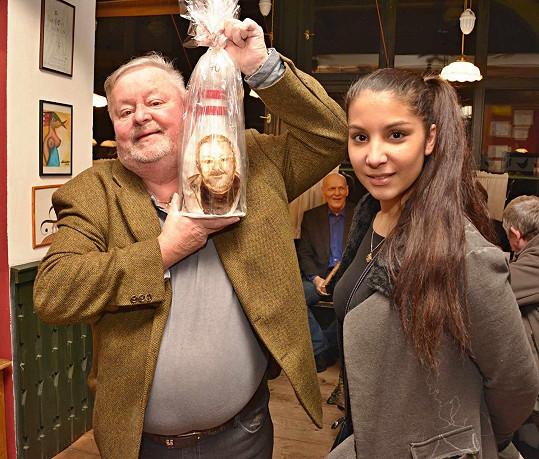 Velikánský perník ve tvaru kuželky s vlastním portrétem dostal herec od Lucie Ferencové, bývalé partnerky Ivana Vyskočila.