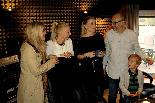 Halina Mlynková natáčela s Markétou Konvičkovou a Elis song Bůh ví, ke kterému Wronka složil hudbu.