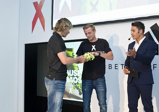 Nedvěd předává boty svému mladšímu kolegovi Ladislavu Krejčímu.