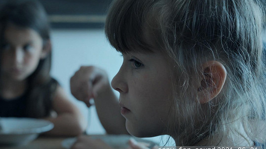Ve Spícím městě hraje Anežka Novotná jedno z dvojčat - Emu.