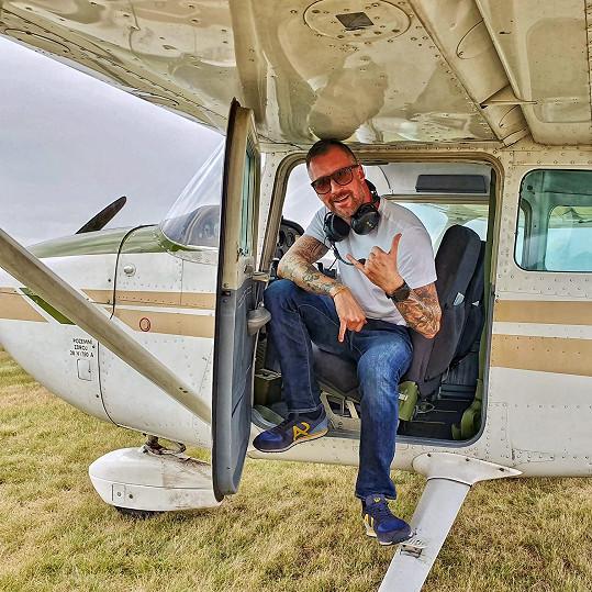 Do létání se moderátor Top Staru zamiloval.