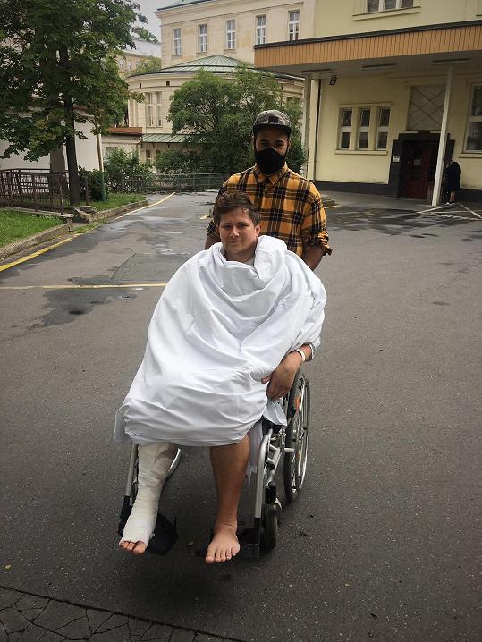Zpěvák a tanečník musel po nehodě na motorce podstoupit operaci paže a kotníku.