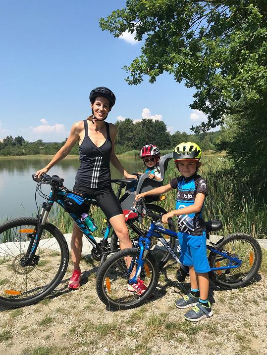 Maminka s dětmi vyrazila také na kolo.