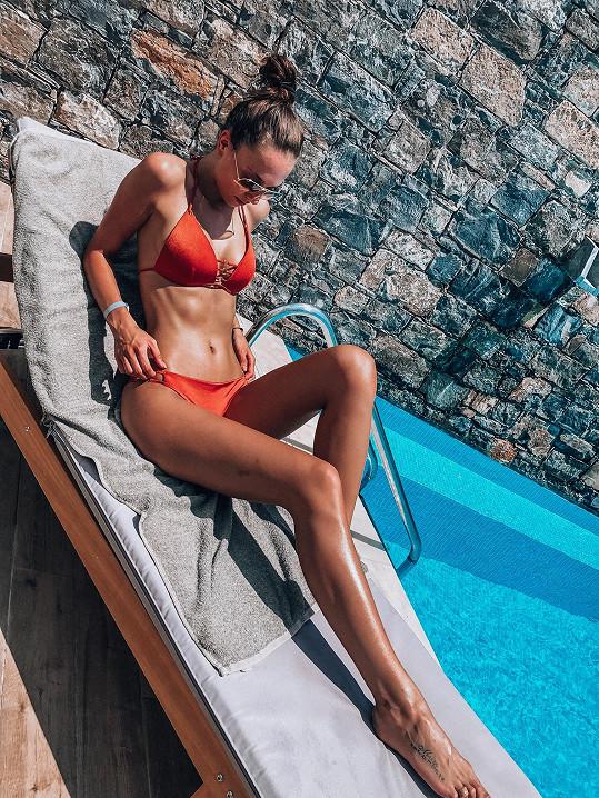Na Krétě si užívá v krásné Amounda Bay.