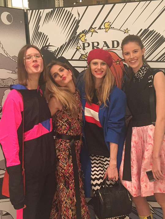 Daniela Kociánová, stylistka Maria Kohutik, Alexandra Gachulincová a Bára Podzimková na večírku