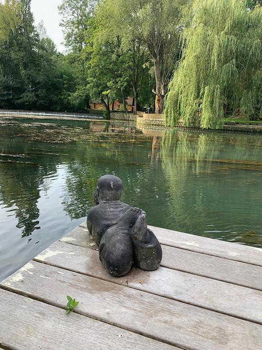 Tady by se dobře odpočívalo nejen této soše.