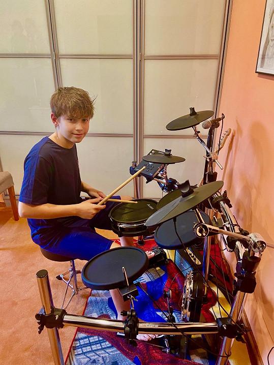Doma má i bicí.
