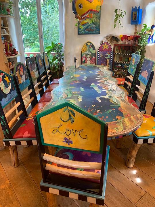 Velký jídelní stůl s pojmenovanými židlemi