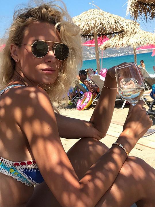 Kateřina Průšová na pláži na ostrově Kréta