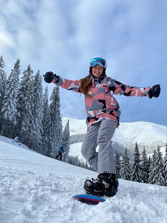 Dny trávila jízdou na snowboardu.