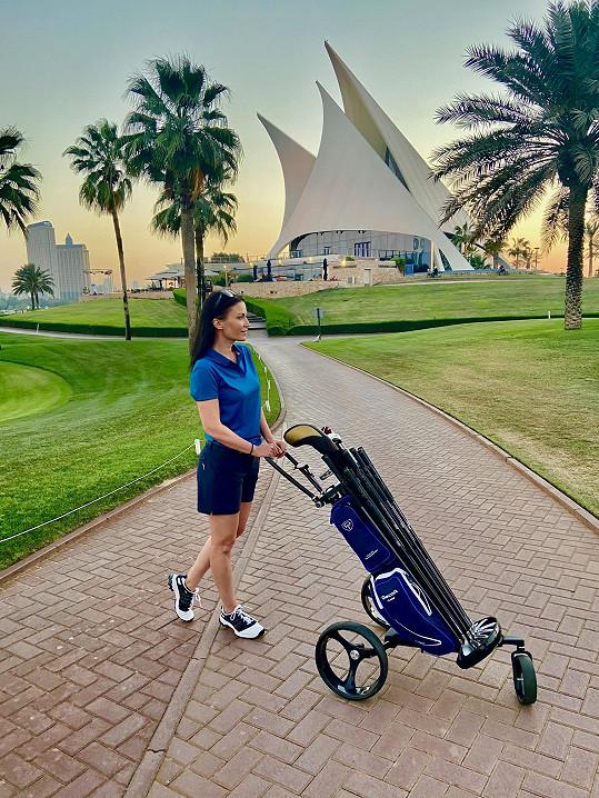 Navštívila několik golfových hřišť.