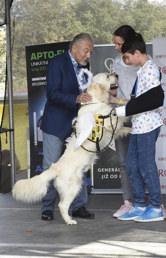 Gott předal pejska Sunnyho novému majiteli.