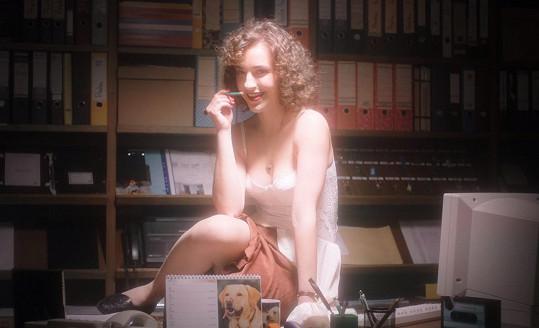 Lucie Vopatová v seriálu hraje sekretářku Anežku.