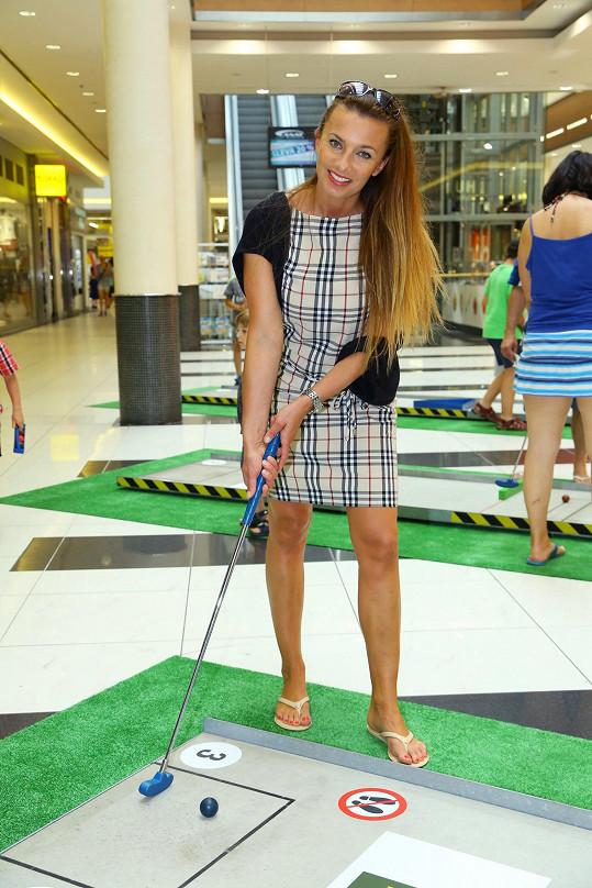 S golfovou holí jí to sluší.