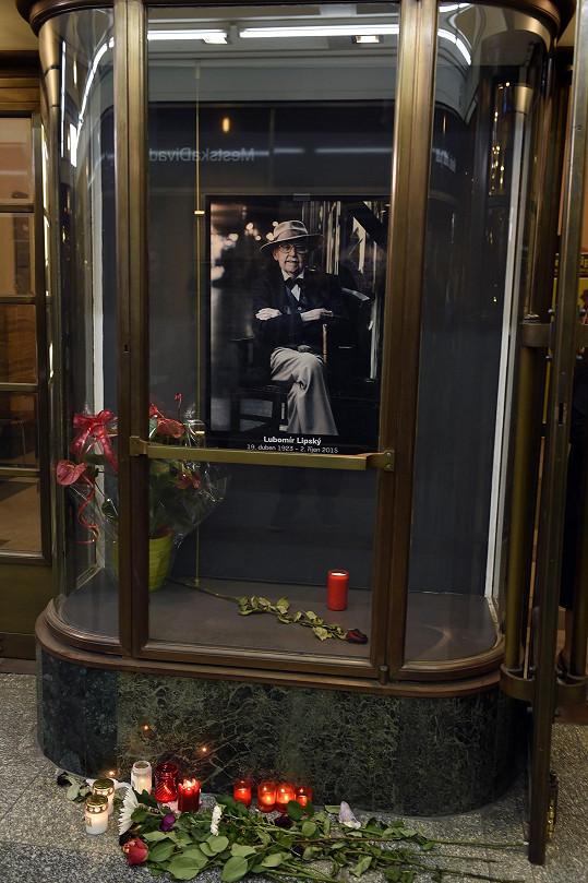 Domovské divadlo na herce vzpomíná v jedné z vitrín.
