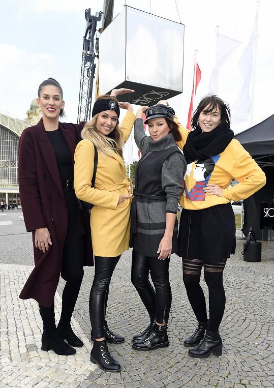 Fotila tam s modelkami Anetou Vignerovou a Lucií Kovandovou a moderátorkou Innou Puhajkovou.