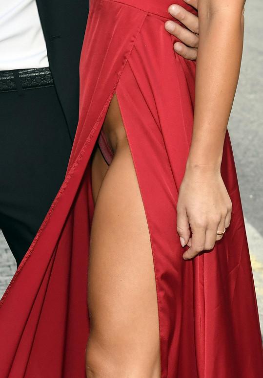 Červené šaty měly velmi vysoký rozparek. Nahotu ale Nela neriskovala a dobře udělala.