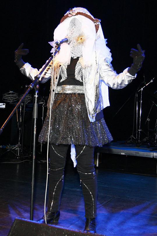Jana Uriel Kratochvílová nikdy nezklame. Na pódiu šokuje v originálních kostýmech.