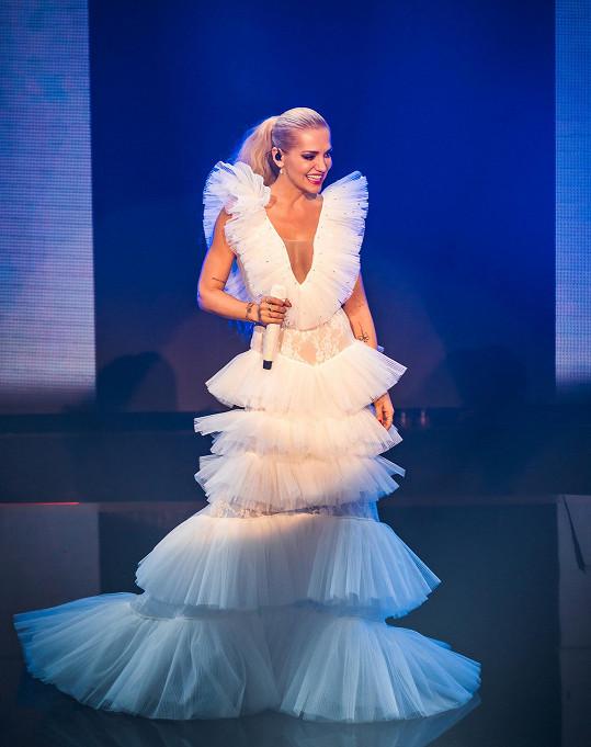 Šaty z hedvábného tylu si zpěvačka navrhovala sama.