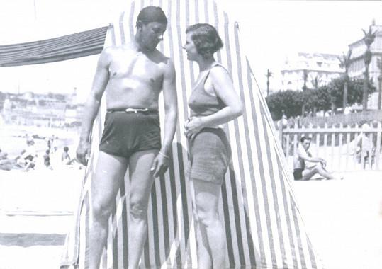 S věrnou životní družkou, manželkou Ninou, v plavacích úborech na začátku třicátých let