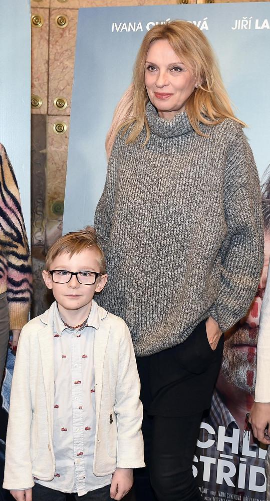 Ivana Chýlková po projekci komedie Chlap na střídačku se svým filmovým synem.
