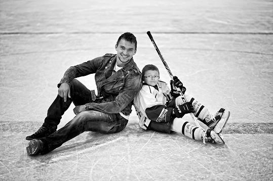 Hokejista Jakub Kovář se svým parťákem