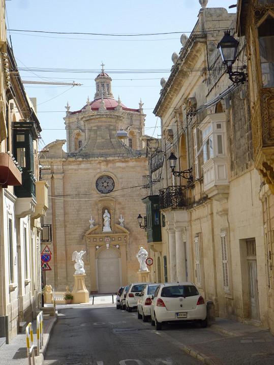 V blízkosti dřívějšího působiště Adiny Mandlové se nachazí kostel Nanebevstoupení Páně.