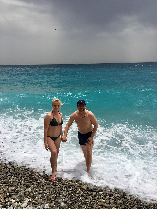 Marek Dědík s manželkou na pláži