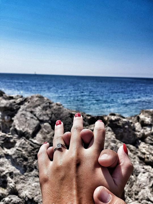 Zásnubní prsten je z dílny Ezyho bratra Lukáše. Zpěvák ho sám navrhl.