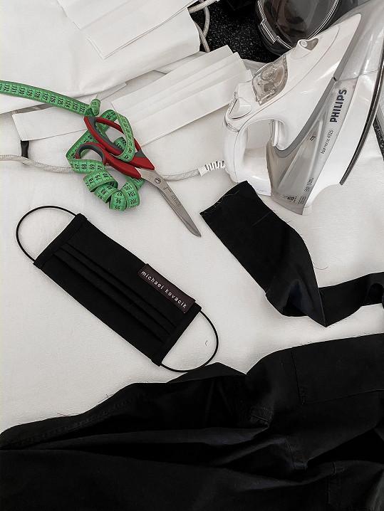 Místo přípravy na Mercedes-Benz Prague Fashion Week šije Michael Kováčik roušky.