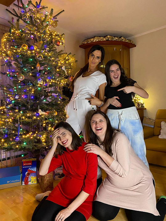 Eliška se svými sestrami, dvě z nich jsou v požehnaném stavu.