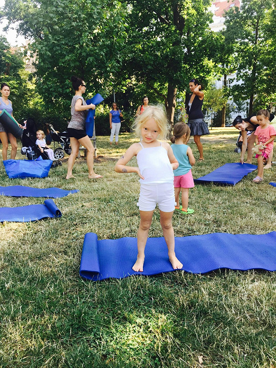 Dcera Petry Svobody Rachel cvičí jógu.