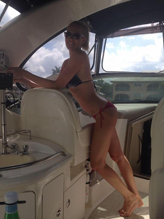 Výlet na jachtě si užívala.