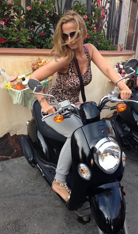 Jandová si zařádila na motorce.