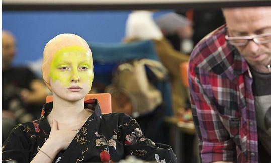 Po schování vlasů na ni nanesli zelenou barvu.