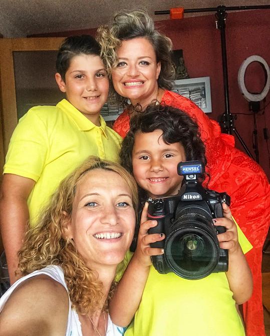 Erika Stárková při focení kalendáře s dětmi z dětského domova v Mostě a fotografkou Monikou Navrátilovou