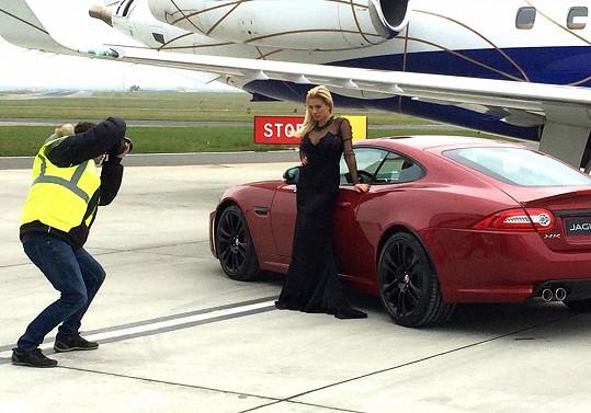 Eva fotila přímo před hangárem soukromých letounů.