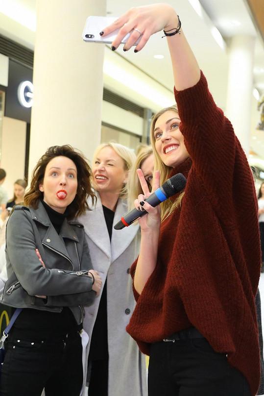 Selfie s Martinou Pártlovou a Veronikou Arichtevou